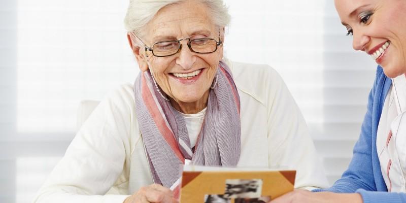 Seniorin mit Kunstherapeutin