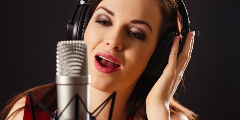 Sängerin im Chor