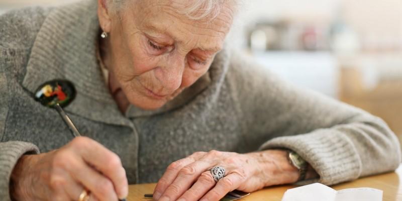 Seniorin am Schreiben