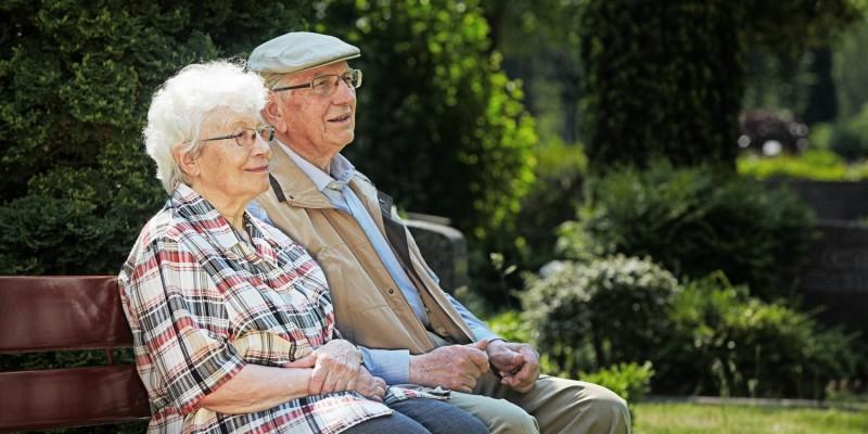 Senioren auf Parkbank