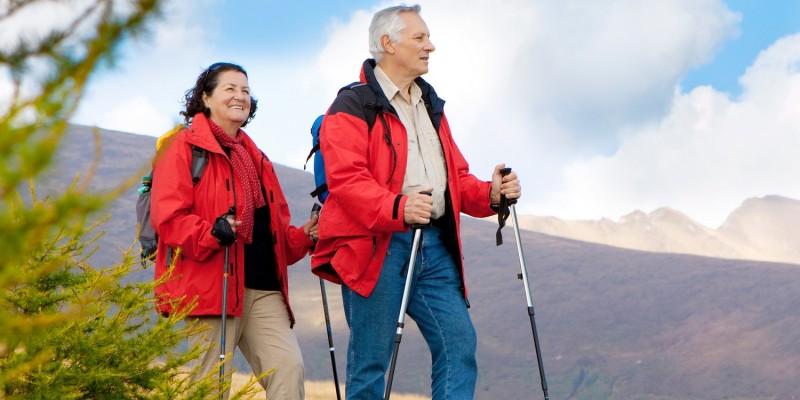 Paar beim Nordic Walking im Wald
