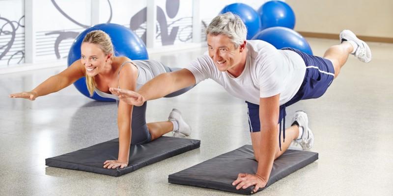 Älterer Mann beim Pilates-Training