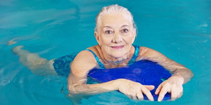 Seniorin beim Aqua-Fitness