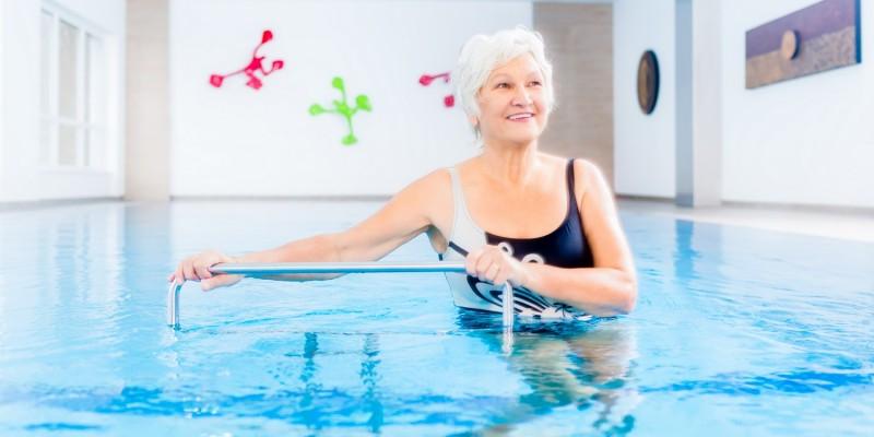 Ältere Frau bei der Aquagymnastik