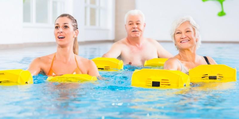 Gruppe bei der Wassergymnastik