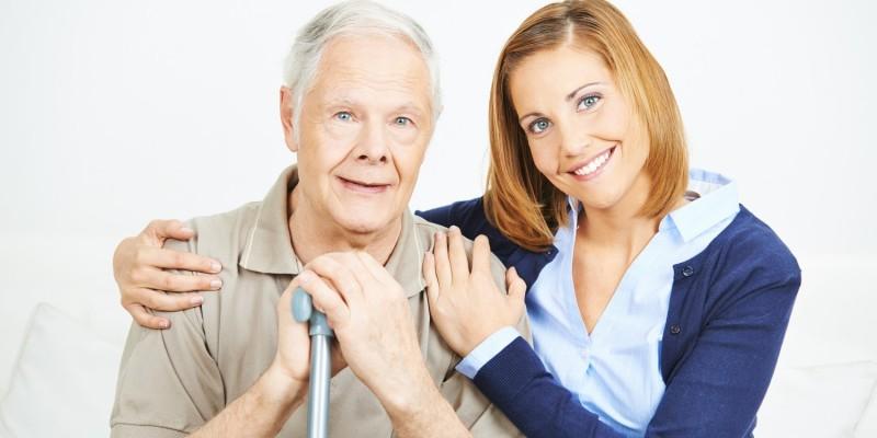 Älterer Herr und junge Frau im Mehrgenerationenhaus