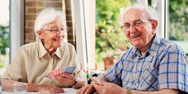 Älteres Paar in ihrer Seniorenwohnung