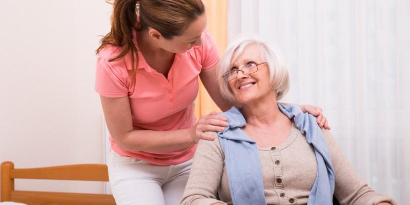 Seniorin wird im Pflegeheim betreut