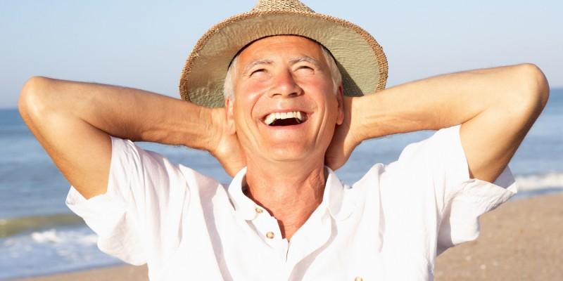 Senior mit Sonnenhut genießt die Sonne