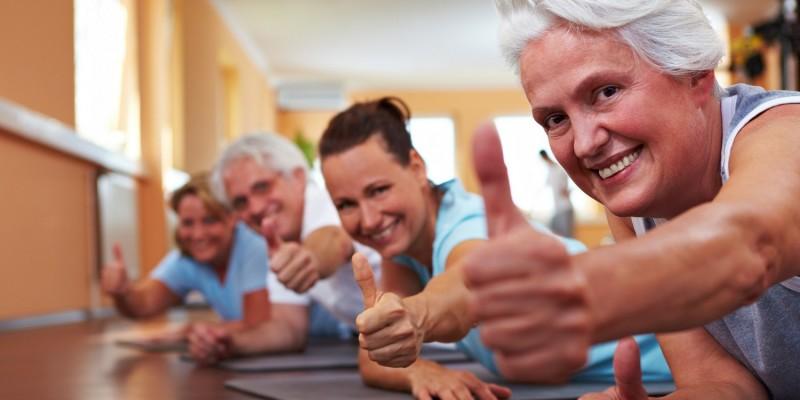 Senioren beim Sport im Fitnessstudio