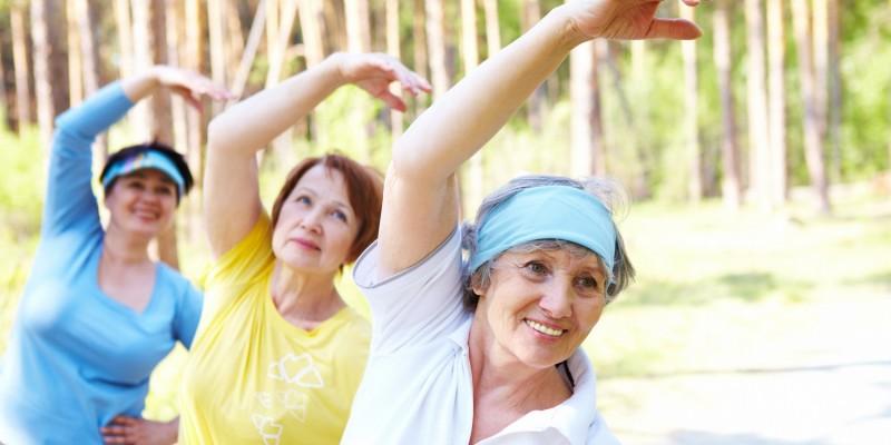 Ältere Damen machen Gymnastik in der Natur