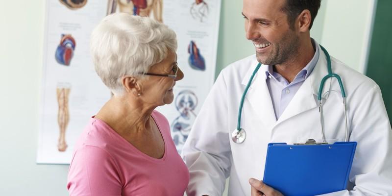Seniorin lässt sich beim Arzt durchchecken